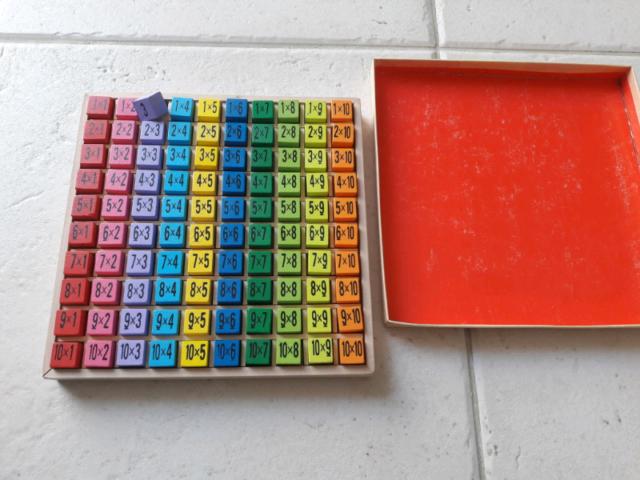 Tavola pitagorica in legno per scuola con cubi colorati