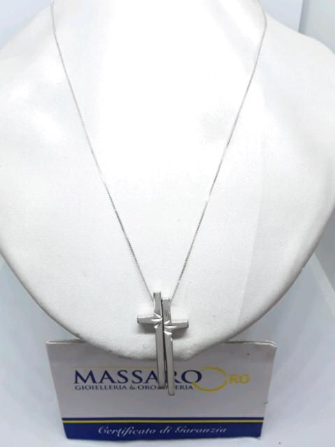 Catenina con croce in oro bianco.