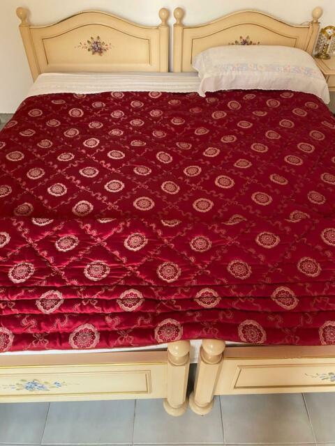 Camera da letto con due letti, comò, armadio, sedia