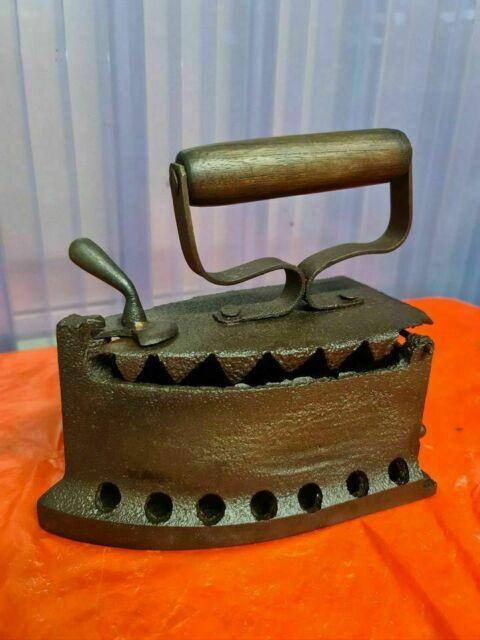 Antico ferro da stiro a carboni restaurato