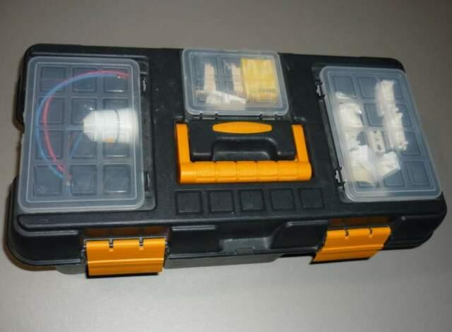 Cassetta a scomparti con materiale elettrico vario