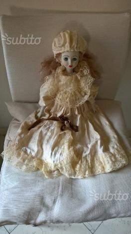 Bambola in ceramica ed abito in raso e pizzo