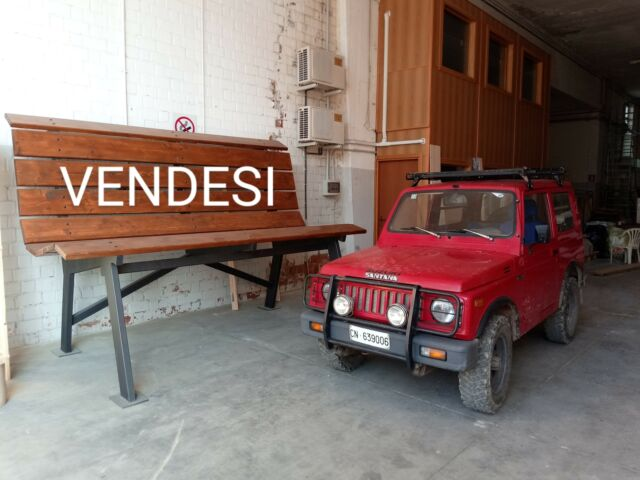 Imponente panchina gigante in ferro e legno