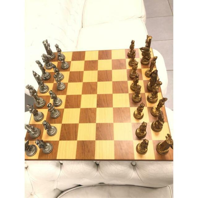 Scacchiera dal negro legno con scacchi don chisciotte