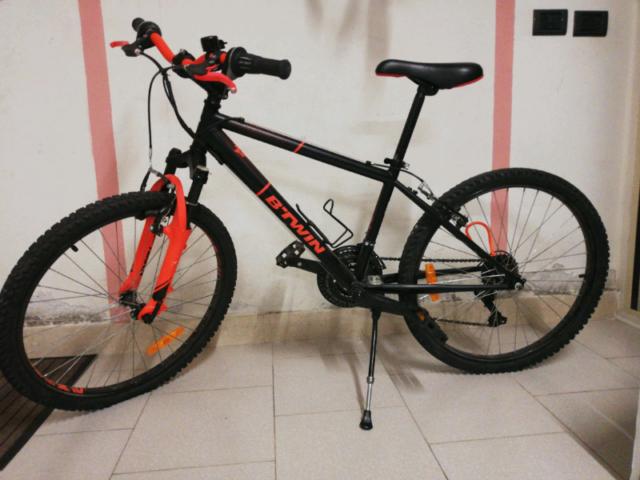 """Bicicletta ragazzo 24"""" BTWIN Rockrider 500 nero e rosso fluo"""